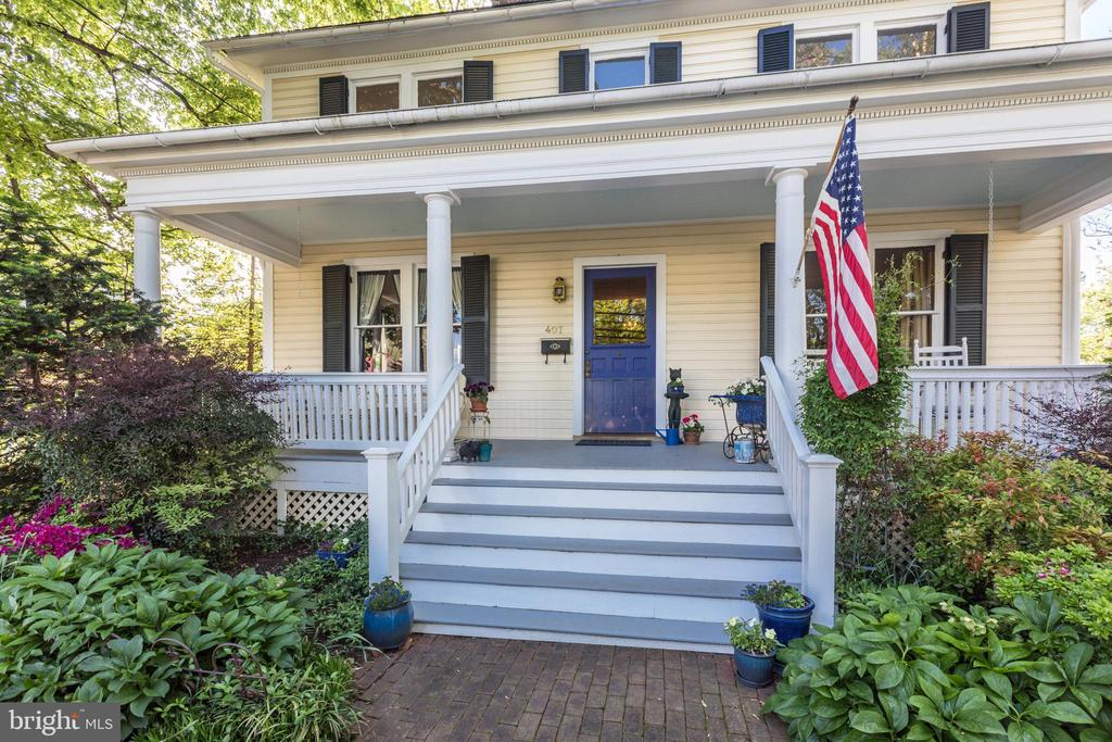 Beautiful manicured front garden & curb appeal - 407 S KING ST, LEESBURG