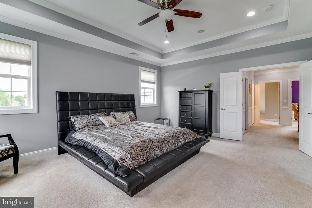Master Bedroom with sitting room & vaulted ceiling - 16144 WOODLEY HILLS RD, HAYMARKET