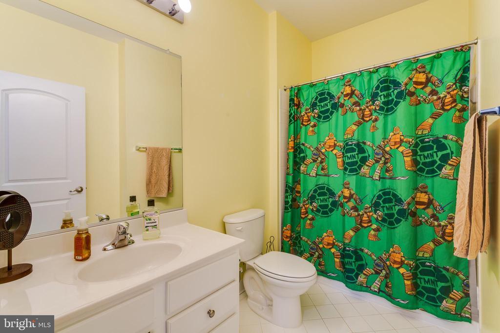 Guest Bathroom on Upper Level - 16144 WOODLEY HILLS RD, HAYMARKET