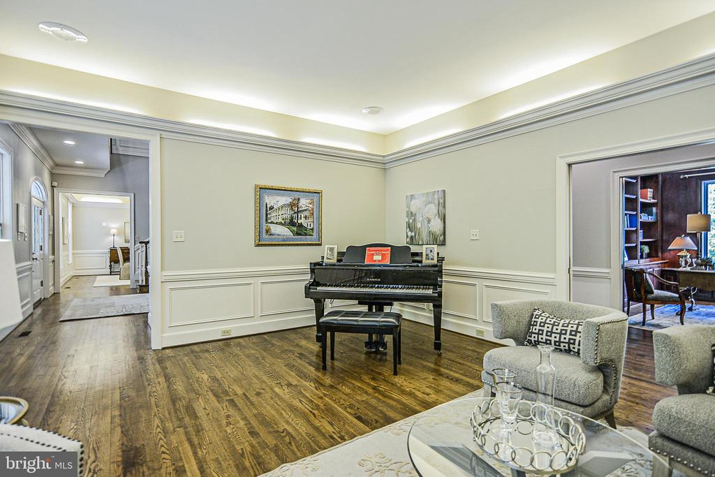 Cove Lighting & Extensive Moldings in Living Room - 12970 WYCKLAND DR, CLIFTON