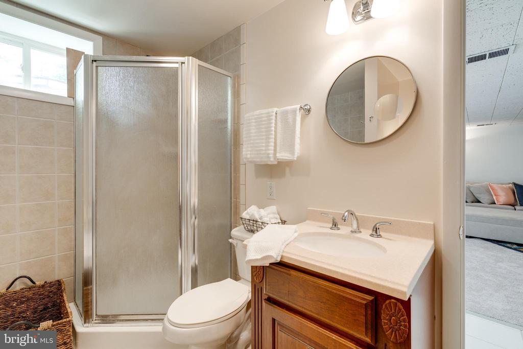 Soaking tub and stand alone shower - 5000 REGENCY PL, ALEXANDRIA