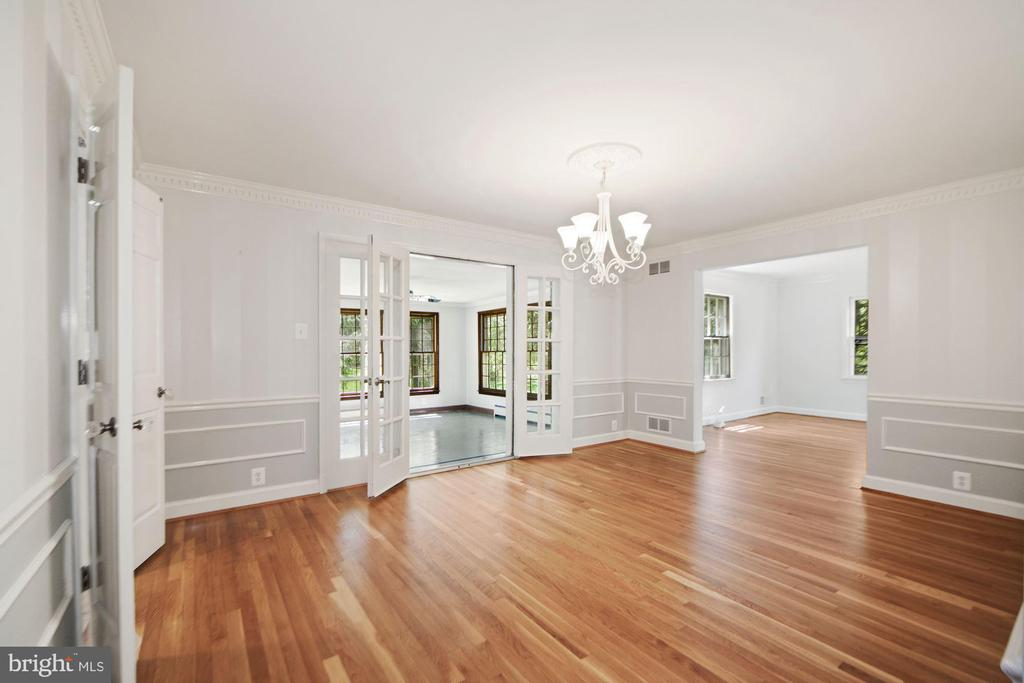 Dining room with crown molding and wainscoting - 7808 CHARLESTON DR, BETHESDA