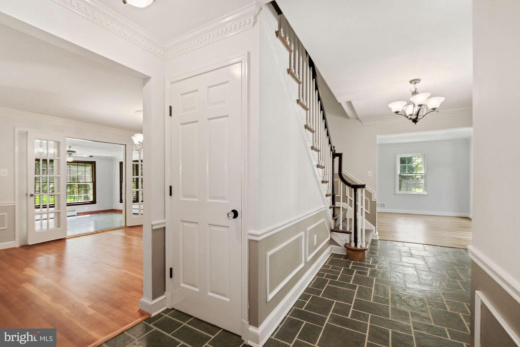 Entry foyer with door to lower level - 7808 CHARLESTON DR, BETHESDA