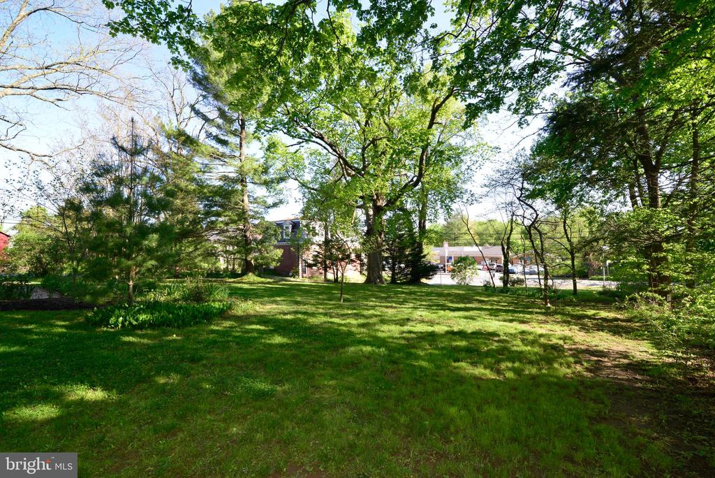 Large private lot! - 100 E COLONIAL HWY, HAMILTON