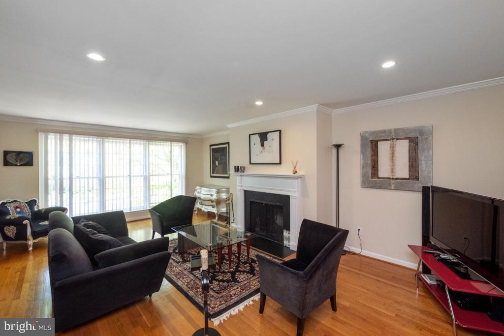 Bright living room with hardwood floors - 4732 MASSACHUSETTS AVE NW, WASHINGTON