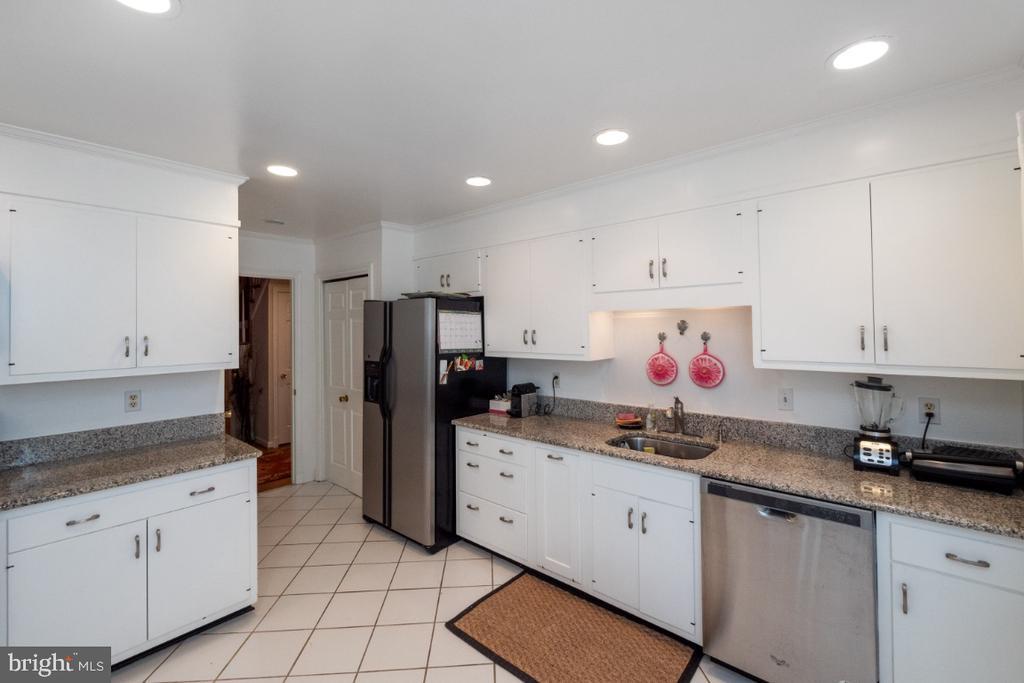 Stainless appliances - 4732 MASSACHUSETTS AVE NW, WASHINGTON