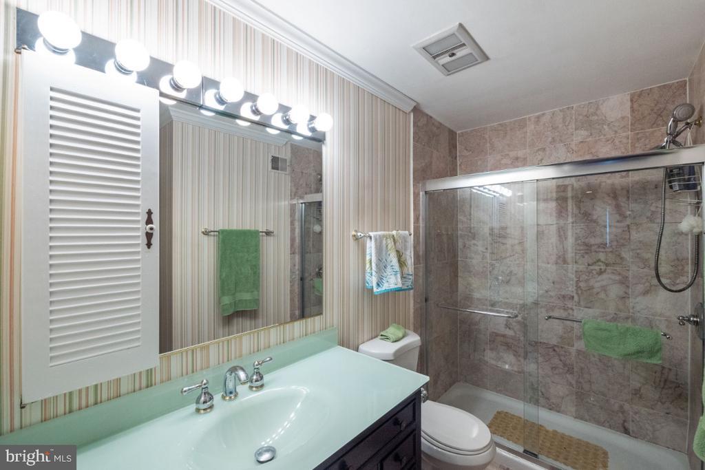 Upper level hall bath - 4732 MASSACHUSETTS AVE NW, WASHINGTON