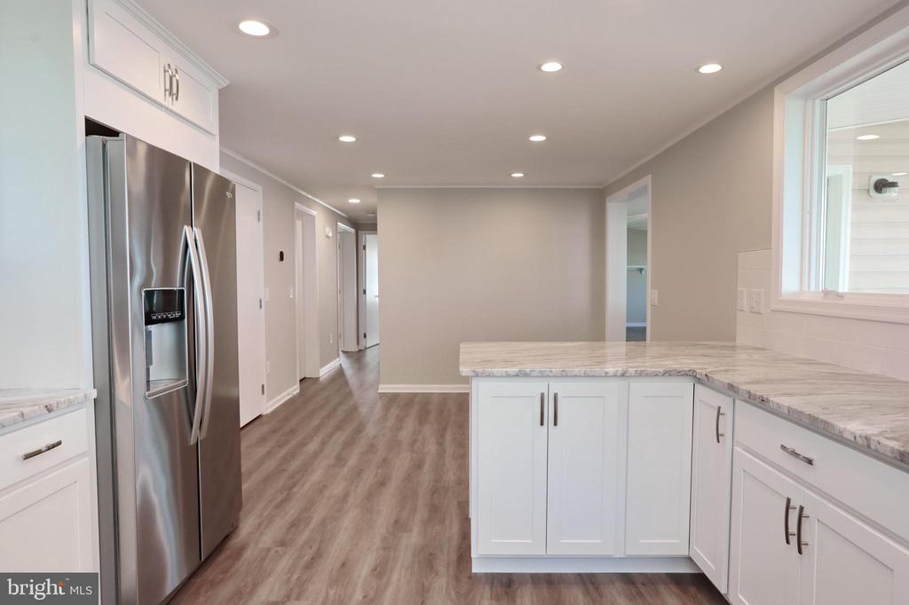 Large, open kitchen with table space - 18850 WICOMICO RIVER DR, COBB ISLAND