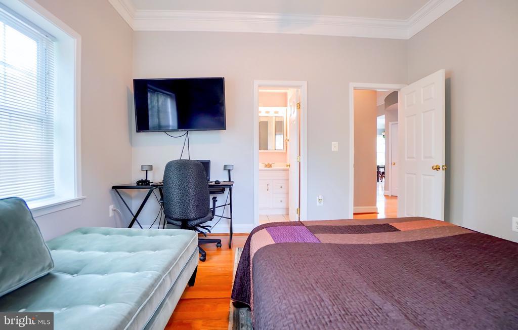 Guest bedroom on main floor. - 7709 WEBER ST, ANNANDALE