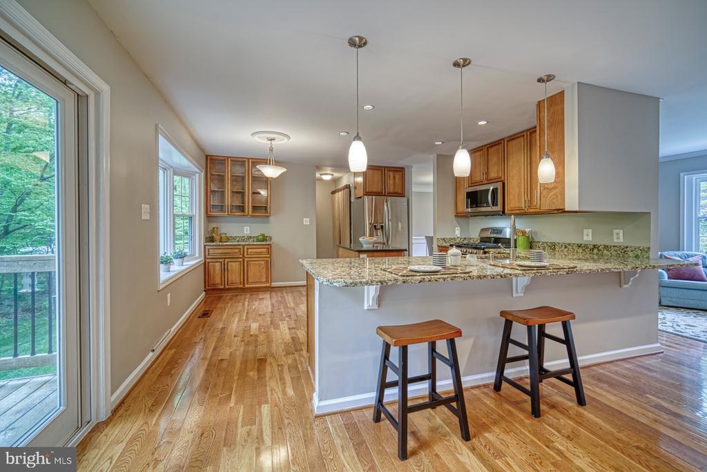 Updated kitchen with breakfast bar - 4913 PHEASANT RIDGE RD, FAIRFAX