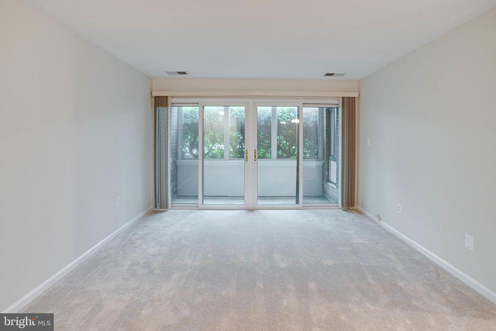 Living Room with sliding glass door - 545 FLORIDA AVE #T1, HERNDON