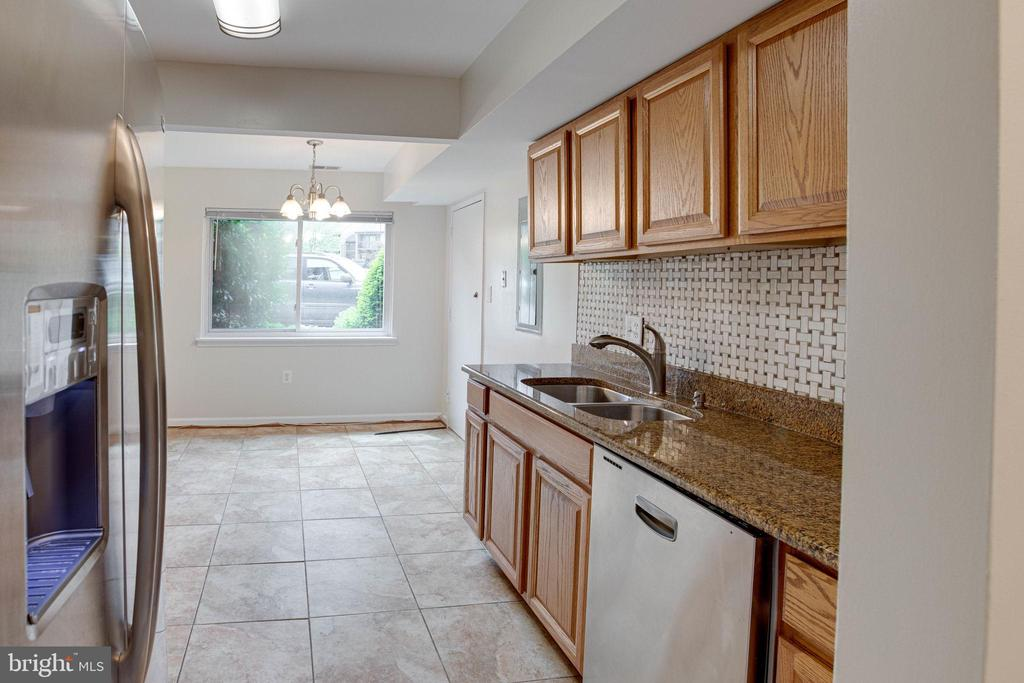 Updated Kitchen w/granite counters - 545 FLORIDA AVE #T1, HERNDON