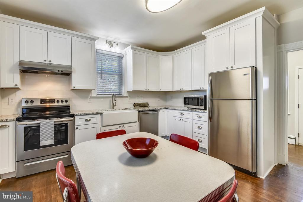 Updated Kitchen - 118 CATOCTIN CIR NE, LEESBURG