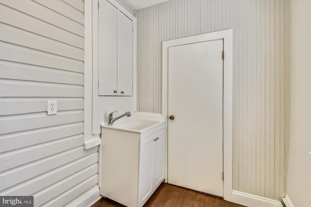 Laundry Room with sink - 118 CATOCTIN CIR NE, LEESBURG