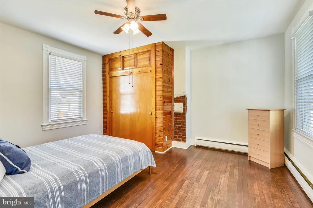 Main level bedroom or many other uses. - 118 CATOCTIN CIR NE, LEESBURG