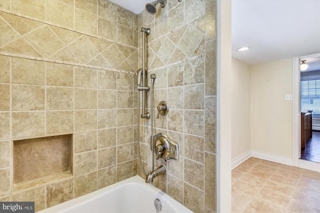 Full Bath with soaking/jetted tub - 118 CATOCTIN CIR NE, LEESBURG