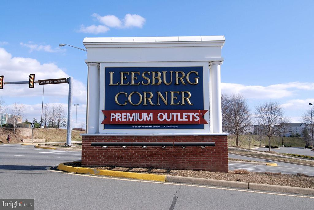 Near the outlet mall - 118 CATOCTIN CIR NE, LEESBURG