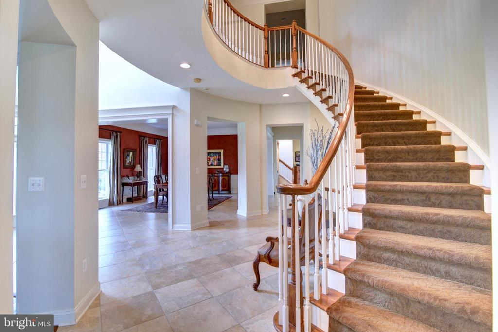 With Curved Staircase and Overlook - 22077 OATLANDS RD, ALDIE