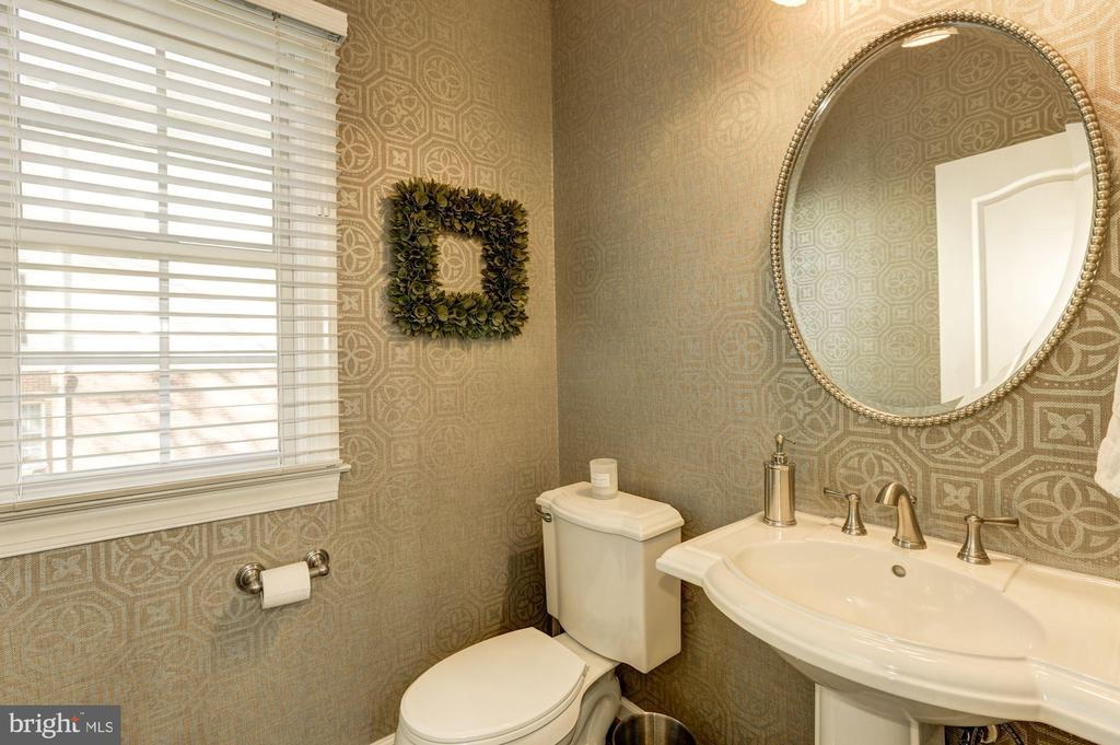 Powder room on main level - 43285 OVERVIEW PL, LEESBURG