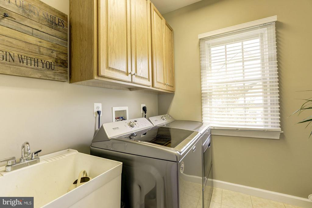 Main level laundry room,  washer/dryer and tub - 43285 OVERVIEW PL, LEESBURG