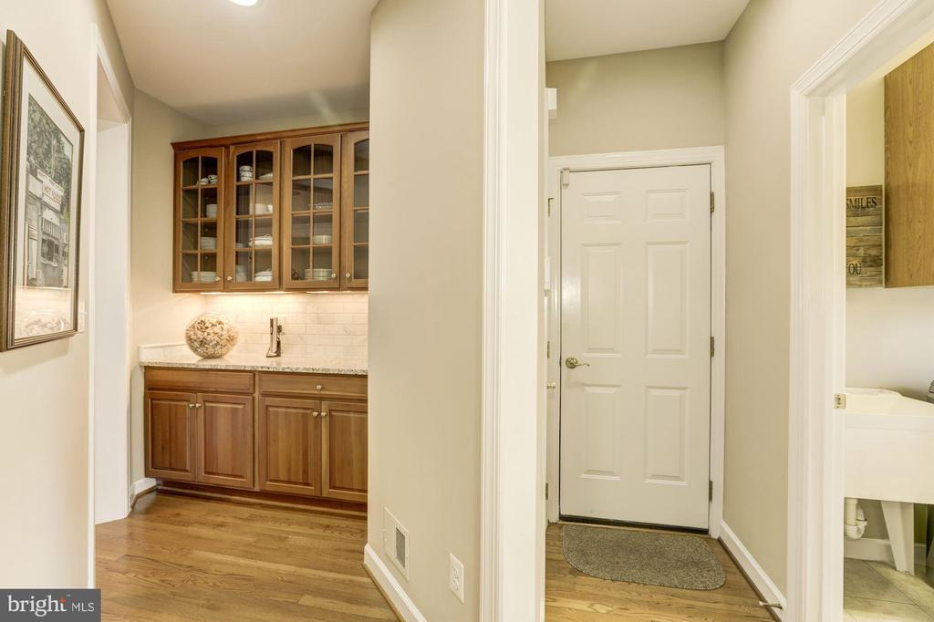 Butlers pantry leading to formal dining room - 43285 OVERVIEW PL, LEESBURG