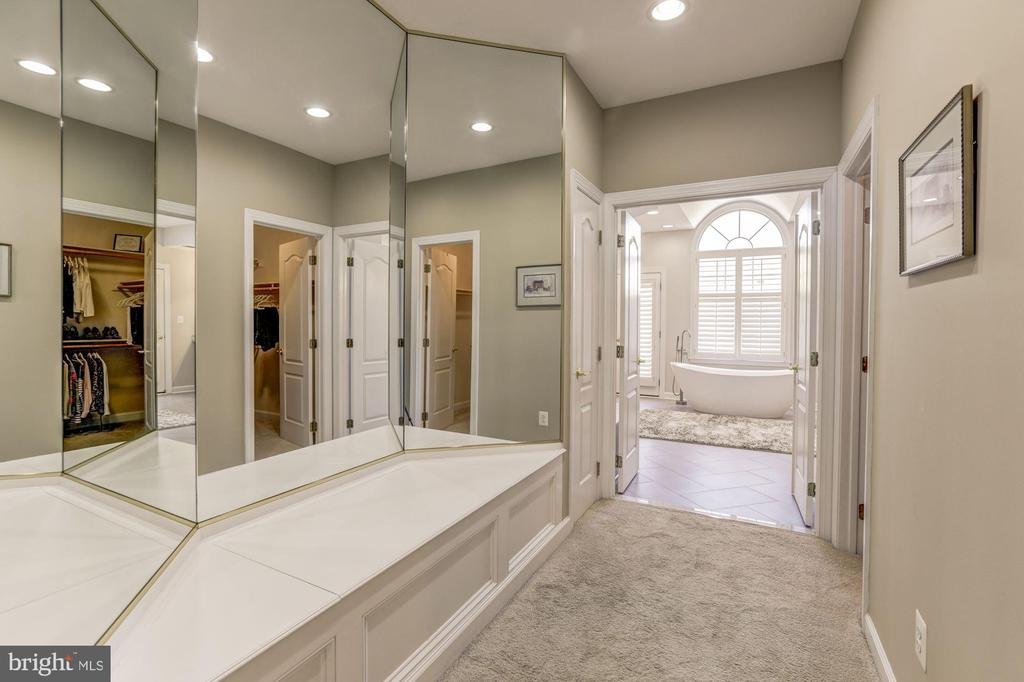 Mirrored dressing area - 43285 OVERVIEW PL, LEESBURG