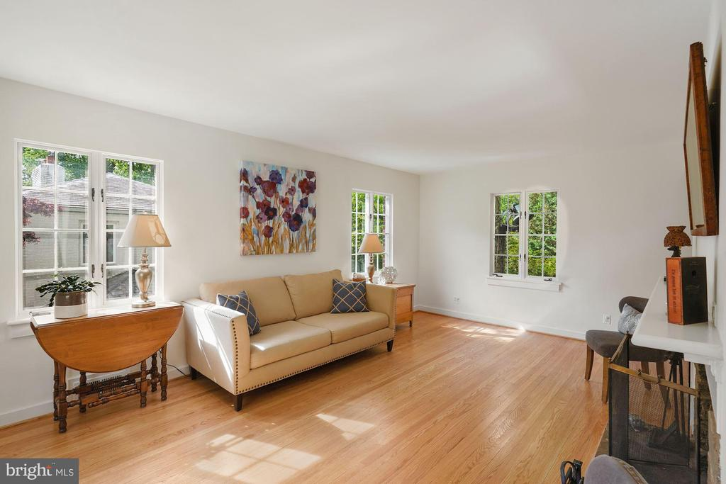 Living room with hardwood floors. - 3030 N QUINCY ST, ARLINGTON