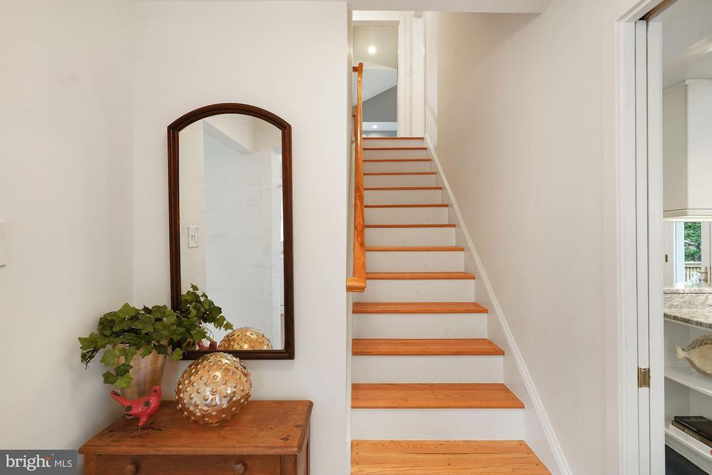 Front Entrance Foyer Area & Stairs - 3030 N QUINCY ST, ARLINGTON