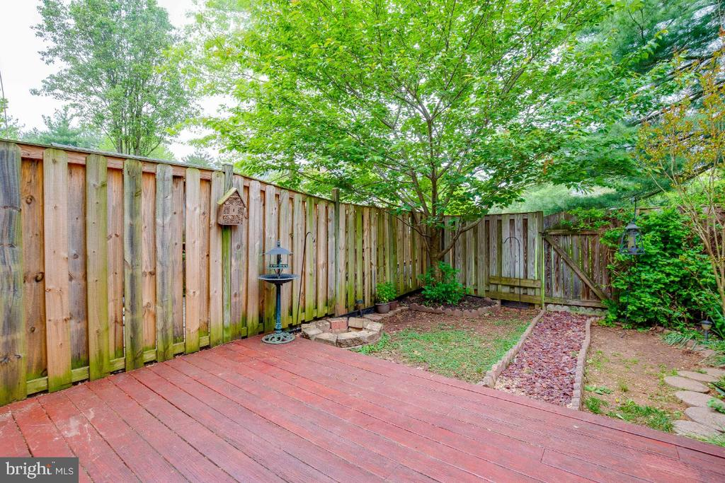 Deck & Large Rear Yard - 4 ALDEN CT, STERLING