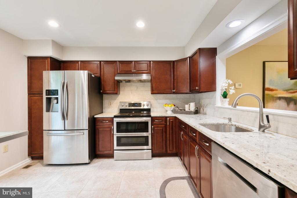 Kitchen with Granite top and SS appliances - 7307 TREETOP HILL LN, SPRINGFIELD
