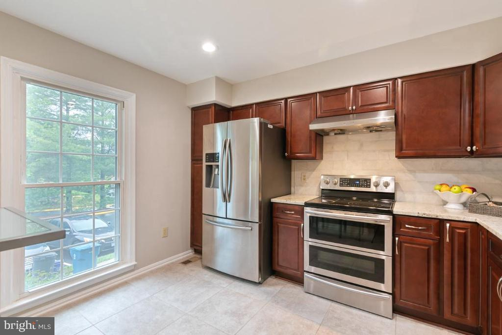 Kitchen with a large window - 7307 TREETOP HILL LN, SPRINGFIELD