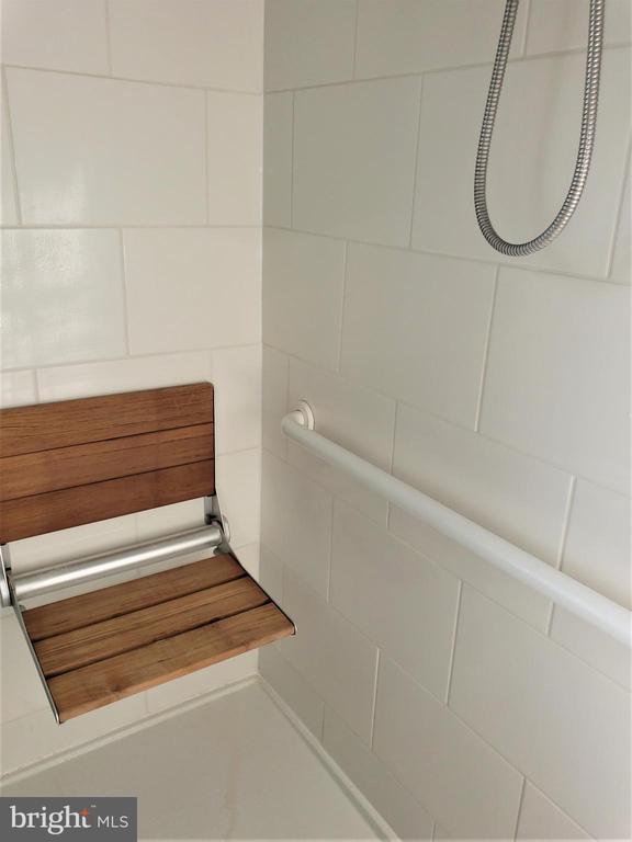 Master Shower- teak wall mounted seat - 11629 DUTCHMANS CREEK RD, LOVETTSVILLE