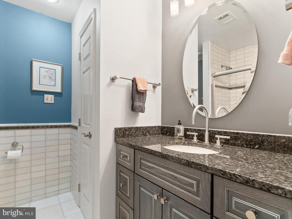 Renovated guest bath! - 1281 AUBURN GROVE LN, RESTON