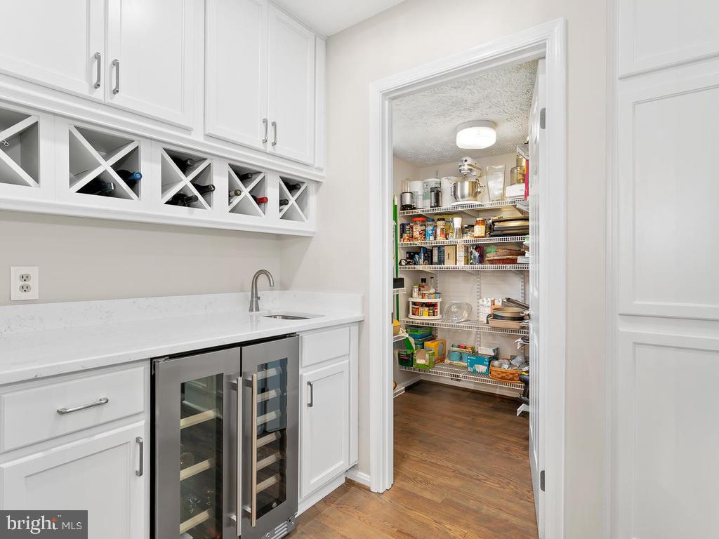 Butler's pantry with beverage cooler & wine rack - 1281 AUBURN GROVE LN, RESTON