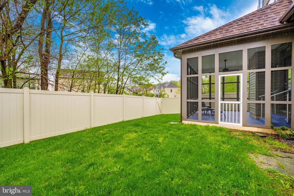 Private Backyard with Screen Porch - 3026 OLD ANNAPOLIS TRL, FREDERICK