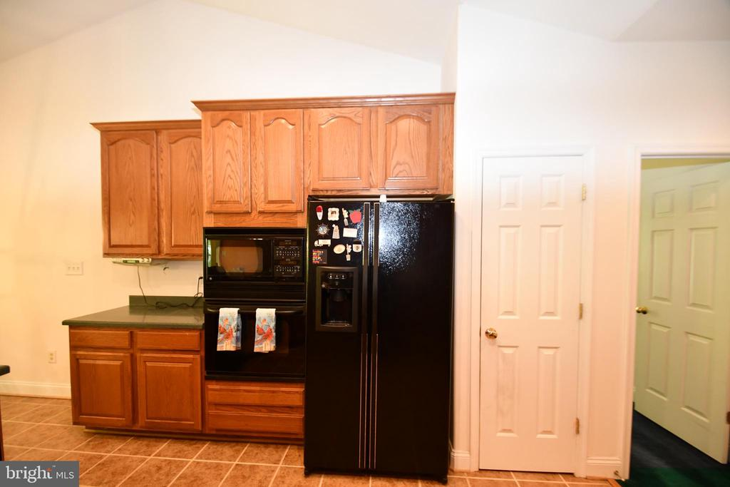 Kitchen microwave, fridge, wall oven, pantry - 79 MILLBROOK RD, STAFFORD