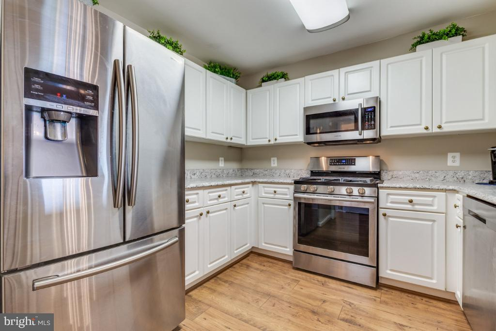 New Stainless Steel Appliances - 20578 SNOWSHOE SQ #301, ASHBURN