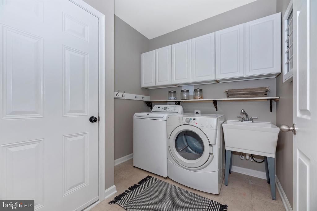 Main level laundry/mud room - 9823 NOTTING HILL DR, FREDERICK