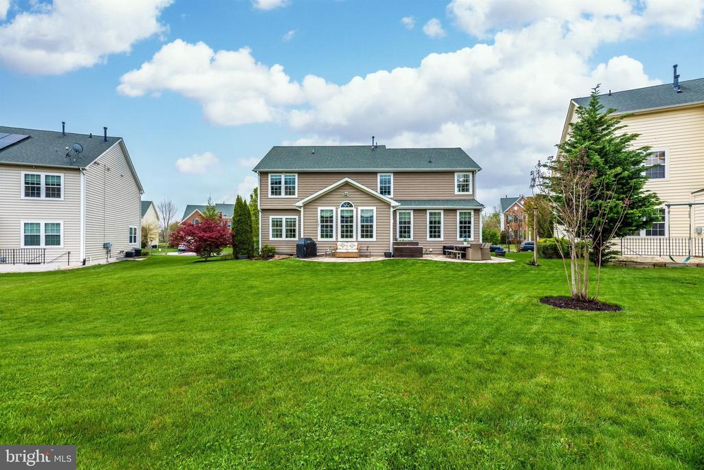 Wow. That's a beautiful yard! - 9823 NOTTING HILL DR, FREDERICK