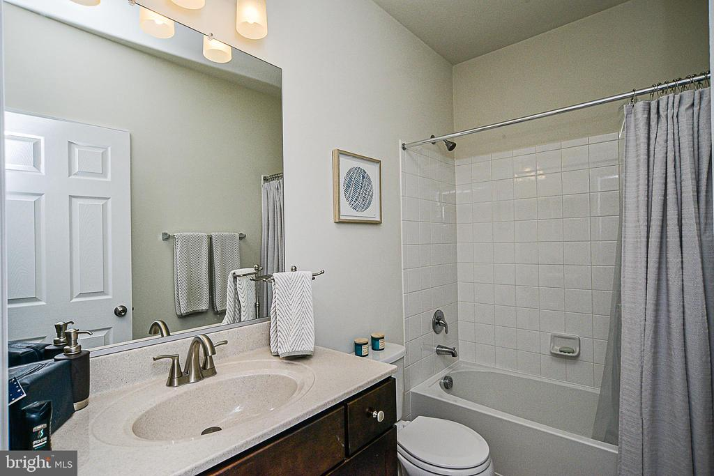 Hall Bath with Tub - 22295 PINECROFT TER, ASHBURN