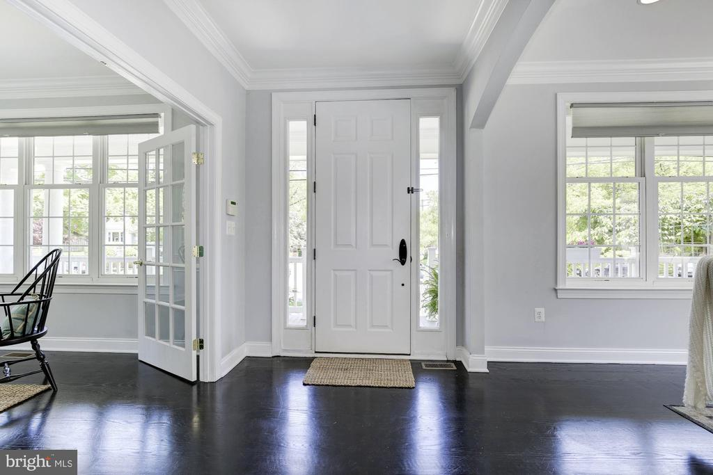 Large foyer to welcome family and guests - 5900 RYLAND DR, BETHESDA