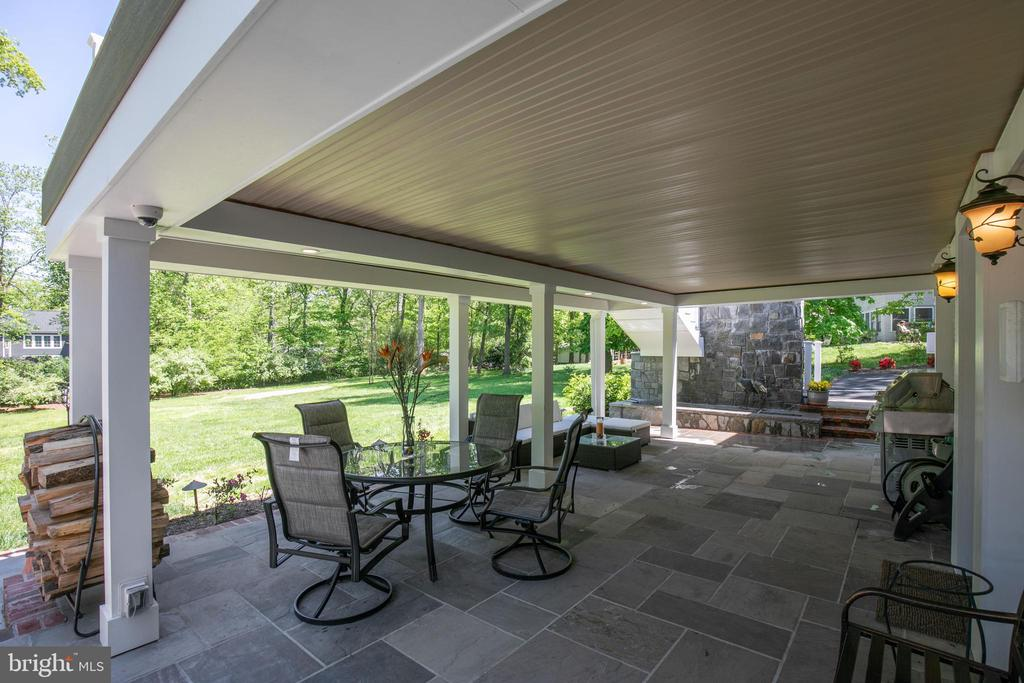 Covered patio for year round outdoor parties - 20284 BROAD RUN DR, STERLING