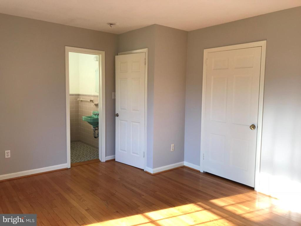 Main level bedroom 1 with attached half bath - 6218 GLENVIEW CT, ALEXANDRIA