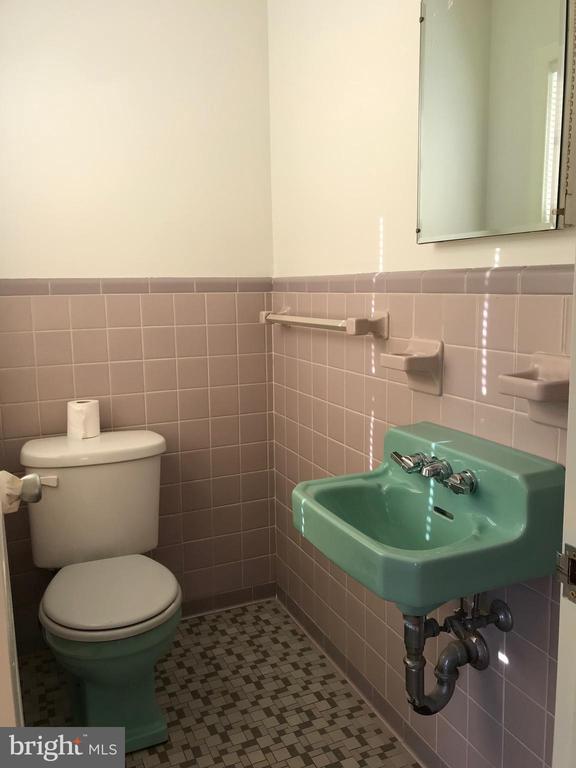 Main level half bath - 6218 GLENVIEW CT, ALEXANDRIA