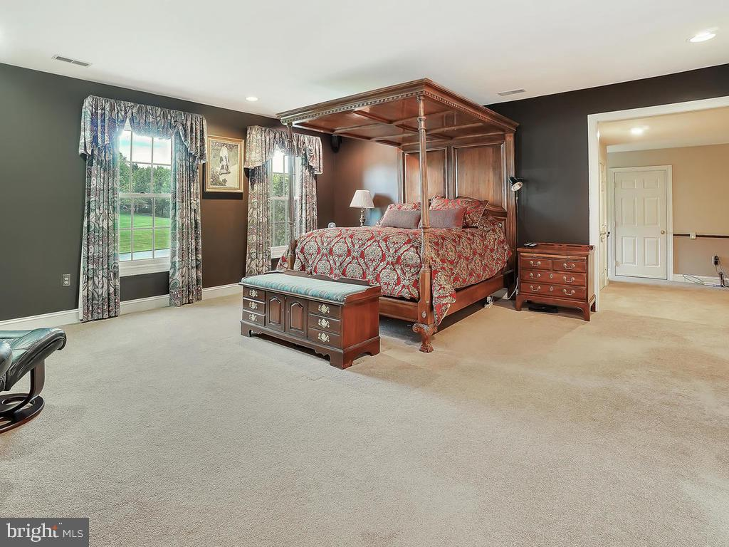 Large master suite w/walk-in closet - 11667 FAIRMONT PL, IJAMSVILLE