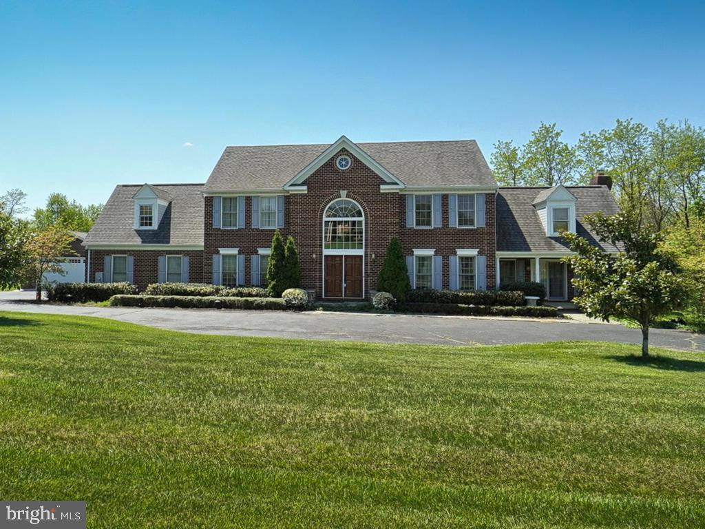 Stunning brick front home sits on over 2 acres! - 11667 FAIRMONT PL, IJAMSVILLE