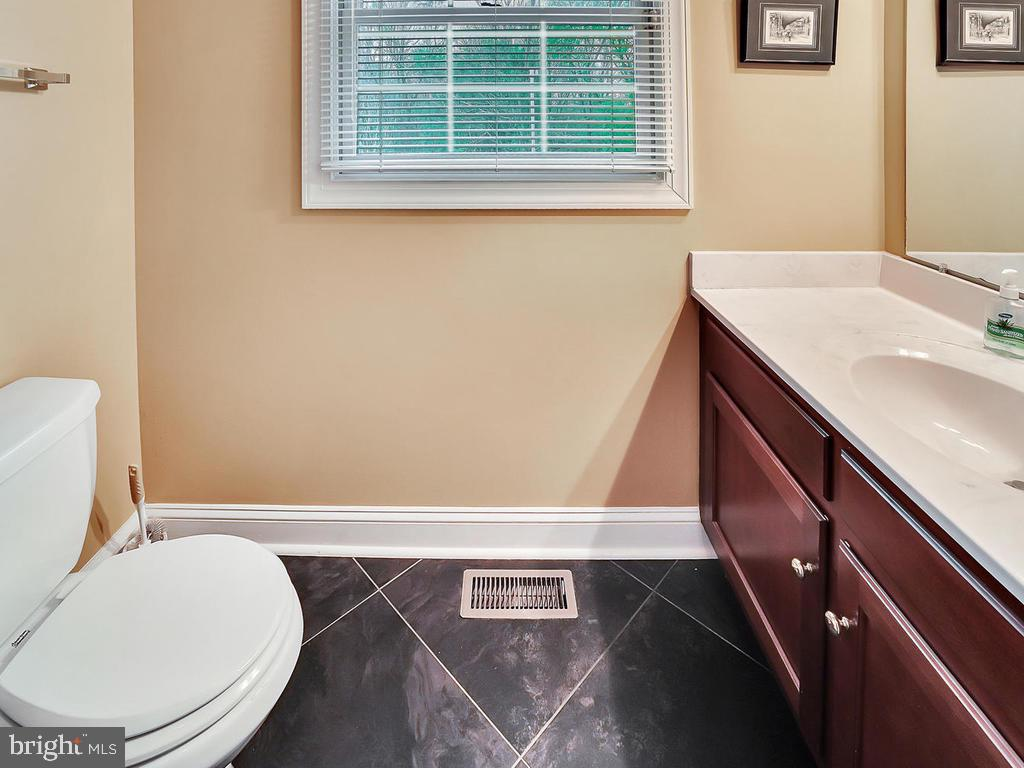 Main level powder room - 11667 FAIRMONT PL, IJAMSVILLE