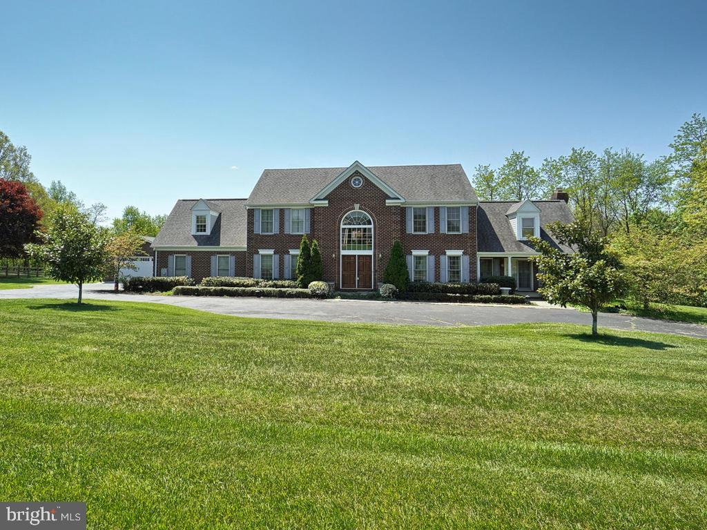 Circular drive offers plenty of parking. - 11667 FAIRMONT PL, IJAMSVILLE