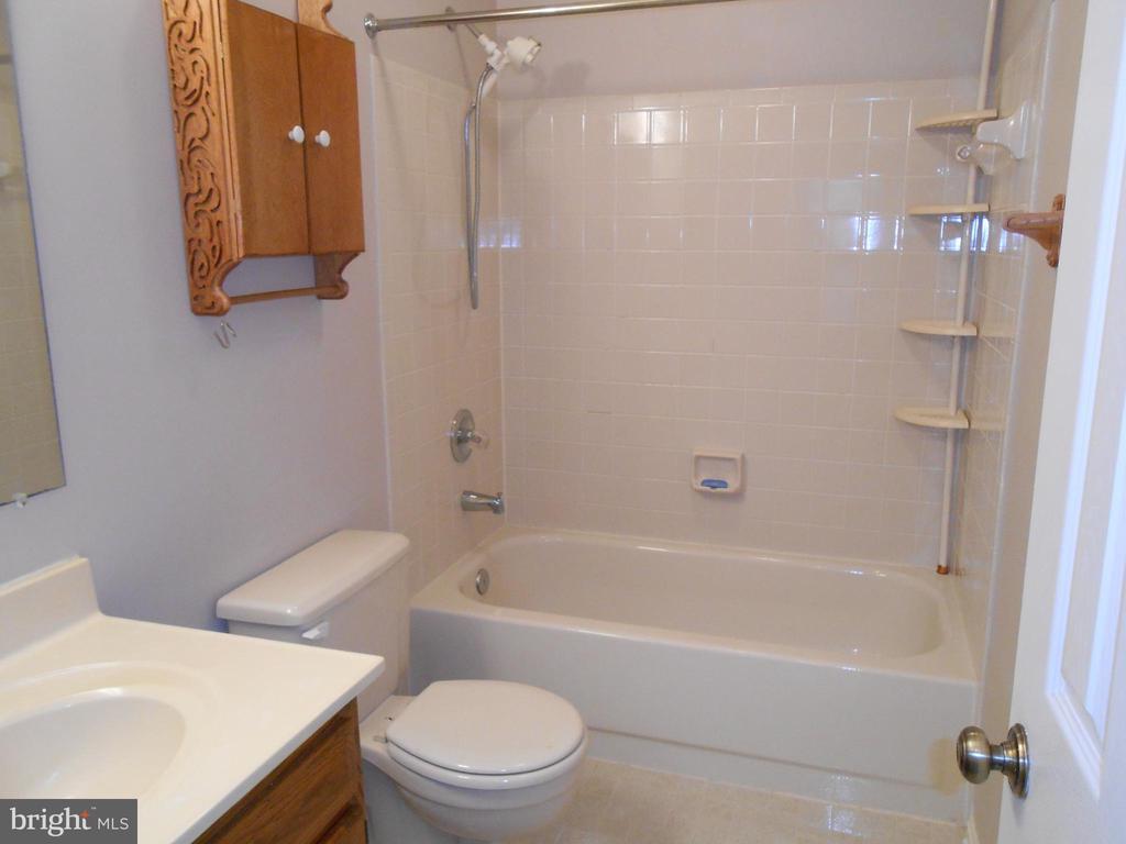 Full Bath in Hallway - Ceramic Tile Tub Surround - 10472 LABRADOR LOOP, MANASSAS