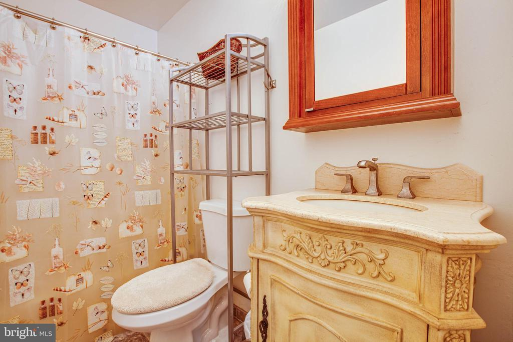Main Floor bath - 9521 RAPIDAN DR, FREDERICKSBURG